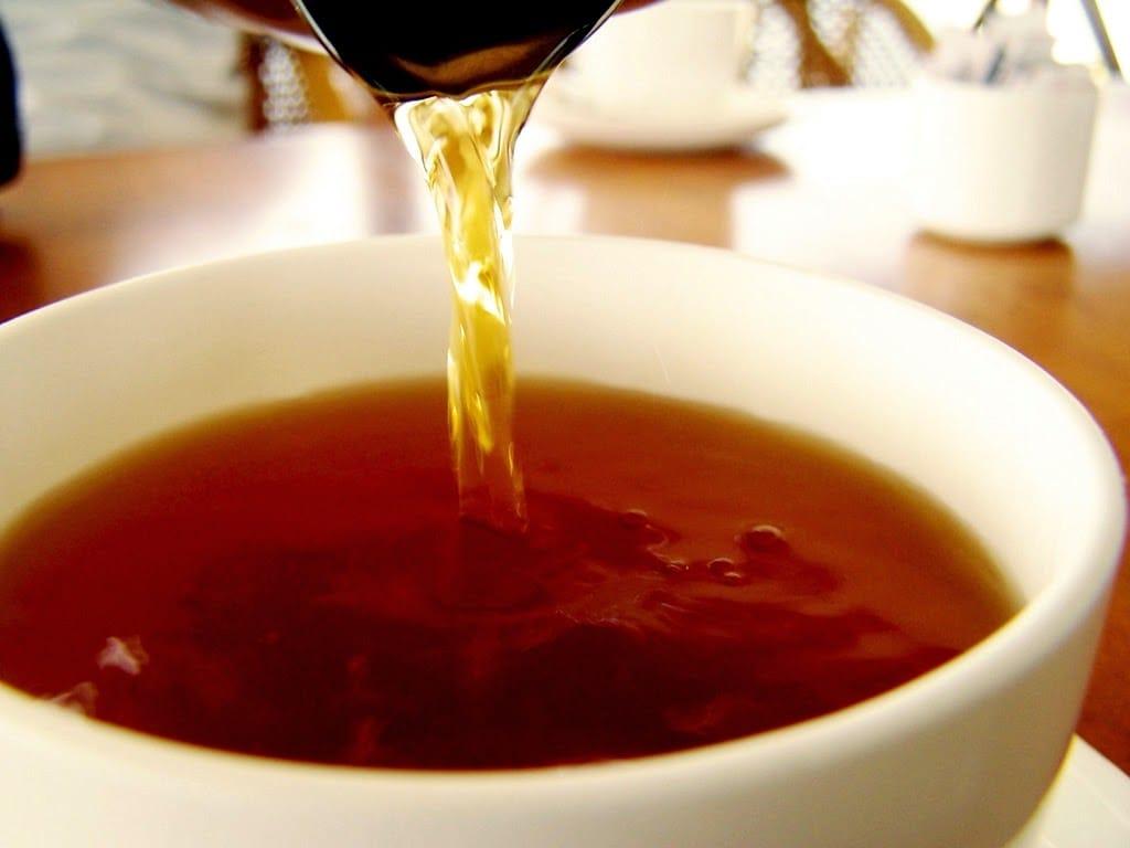 Les rinçages au thé sont-ils bons pour les cheveux ? [Science capillaire]